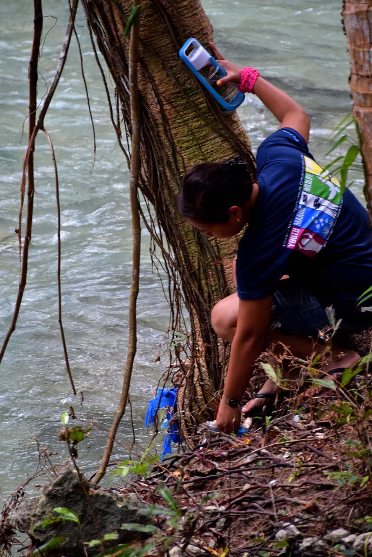 Cleaning the Matutinao River side before approaching Kawasan Falls in Badian, Cebu. (Photo by Noel Galang)